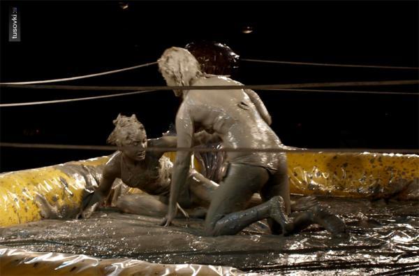 Голая женская борьба в грязи фото грешно