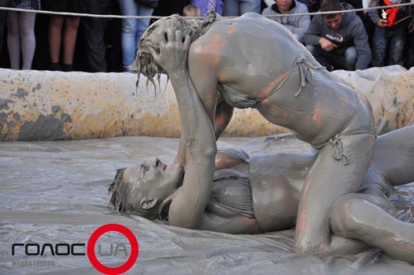 Голая женская борьба в грязи фото извиняюсь